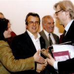 Salvatore e Melina (moglie di Pronestì) stringono la mano al critico Sgarbi